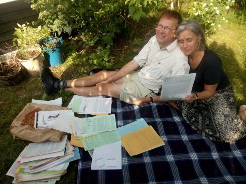 Tony och Jessica på filt med en hög fanzines.