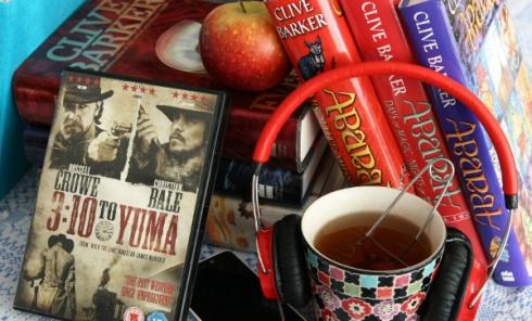 Böcker av Clive Barker, dvd-omslag till 3:10 to Yuma, te och hörlurar.